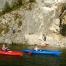 zwei Frauen im Einer-Kajak am Traunsee entlang der Felswand vom Traunstein