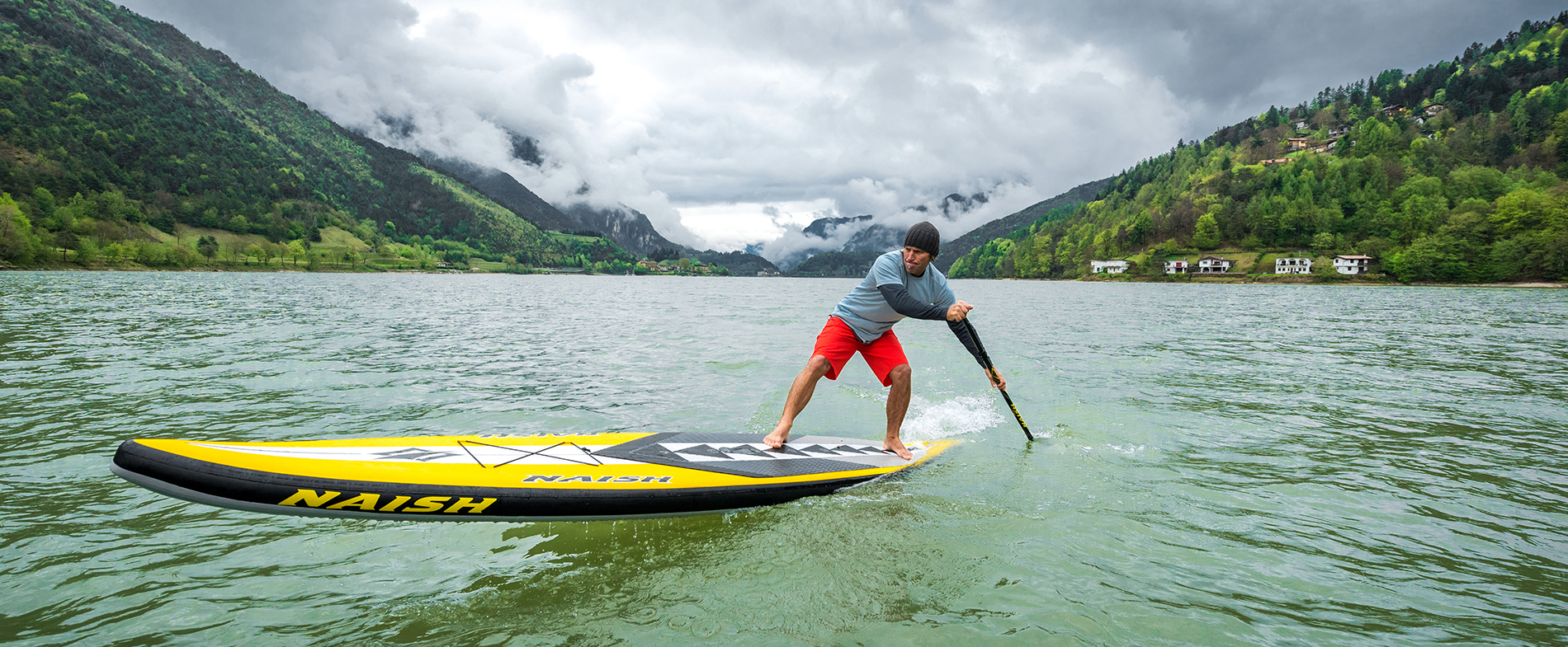 ein SUP Board Paddler im See