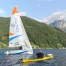 ein Kajakpaddler und ein Segelboot am Traunsee