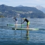 zwei Männer die am SUP Board am See paddeln